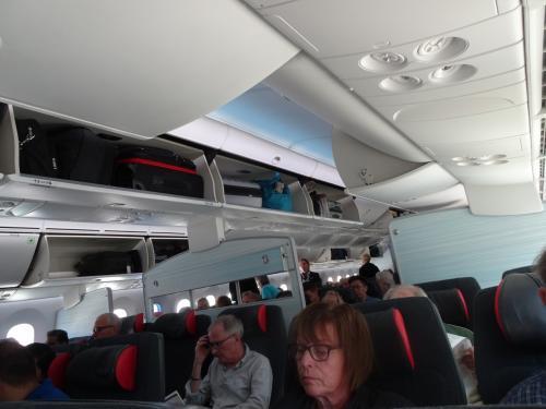 バンクーバーからトロント行きのエアカナダ便です。<br /><br />ルージュと違ってちゃんとモニターがある。トイレも広くて綺麗。