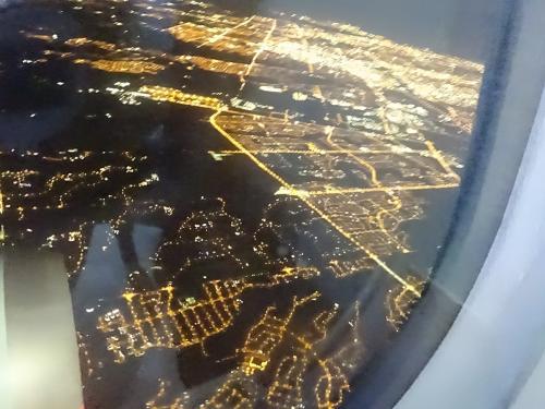 トロントの街が見えて来ました。<br /><br />バンクーバー13:20発だったのに、すっかり夜です。<br /><br />時差が難しい。