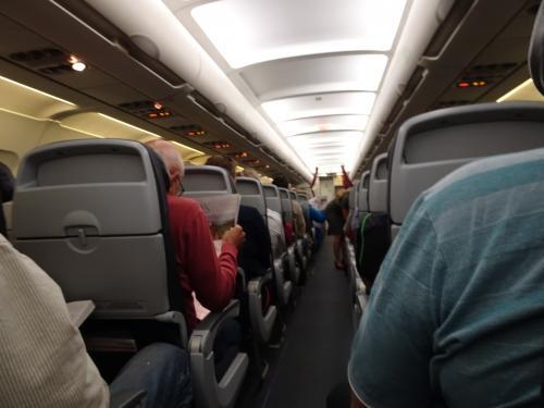 トロントからシャーロットタウン行きはエコノミー席です。<br />ほぼ満席状態。<br /><br />バンクーバーで職員さんが名古屋の母娘さんと並び席を取ってくれたようで、シャーロットタウンに着くまで、色々お話して楽しく過ごしました。<br />でも、飛行機はずっと揺れててベルト着用サインが点いたまま。