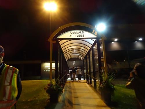 タラップを降りて建物の中へ。<br /><br />既に夜中の1時を回っています。
