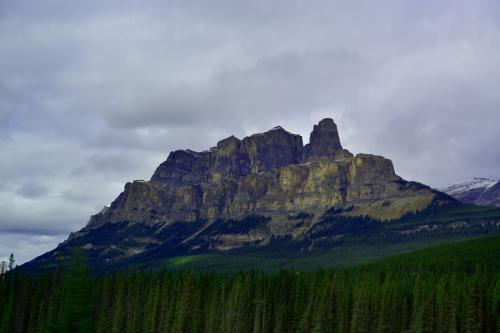 発見者が故郷のエジンバラ城に似ていることからキャッスルマウンテンと名付けたそうです。