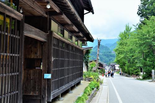 どうもどうもオッサンネコことモリネコちゃんです。<br />本日は家族と共に岐阜県は白川郷へとふらり立ち寄ってみました。<br /><br />岐阜県には飛騨高山や郡上八幡といった極上のプチ日本がたくさんあり、<br />ここ白川郷も然り、プチ日本を味わうには最高のロケーションなのです。<br />まずは駐車場から、合掌造り集落がある荻町までてくてく。