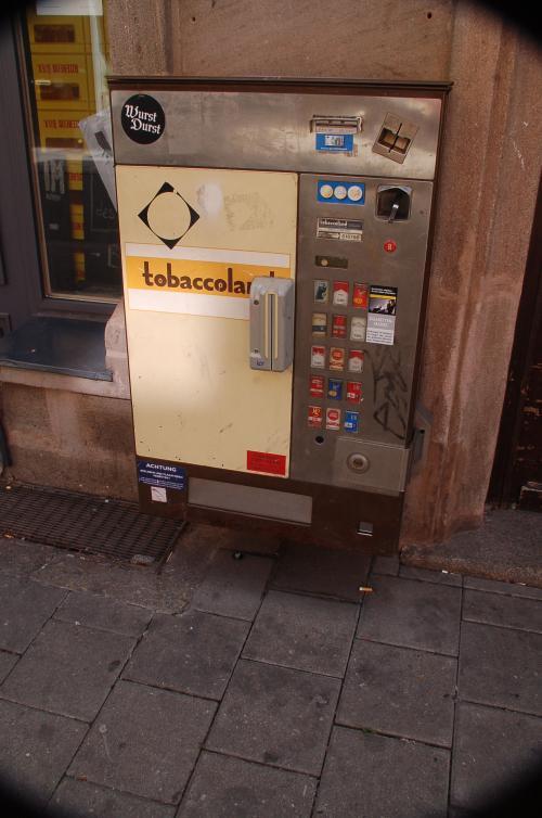 タバコの自動販売機。