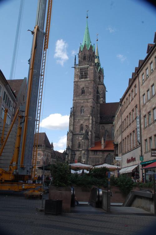 そう、あのゴシック様式の建物が、これから目指す教会。