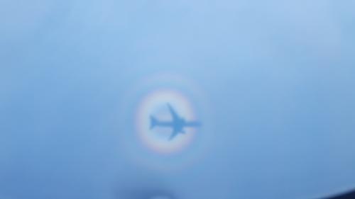 飛行機の下の海に私たちの乗る飛行機の影が映っているのを見つけました<br />回りには虹!<br />しかもダブルレインボー♪<br /><br />ググってみました<br />ブロッケン現象というそうです<br />ブロッケン現象(ブロッケンげんしょう、英:Brocken spectre)とは、太陽などの光が背後からさしこみ、影の側にある雲粒や霧粒によって光が散乱され、見る人の影の周りに、虹と似た光の輪となって現れる大気光学現象。(Wikipediaから引用)<br /><br />Instagramとかで同じ現象の写真見てみました<br />私の写真が1番きれいかも♪<br /><br />客室乗務員の間では幸せになれると噂のようです