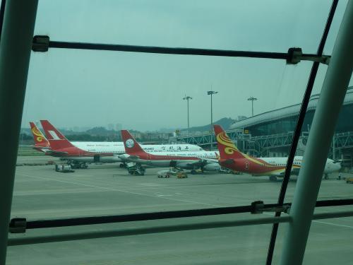 初めて北京首都航空乗ります。<br />このあたりの飛行機、赤いのが多いなあ。