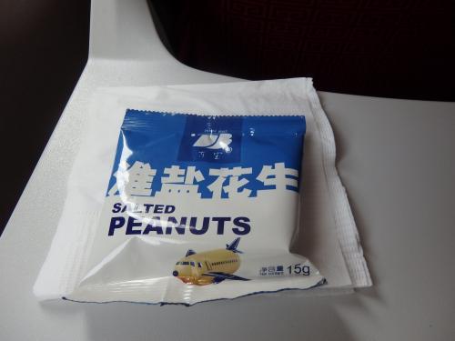 往路は機内食無し、おやつはピーナッツでした。