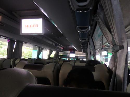 空港の出口を出るとすぐにエアポートバスに乗れます。<br />料金(20元)はバスの中で車掌さんに直接払います。