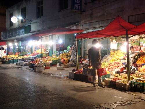 果物屋さんが並ぶいい感じの路地の奥にホテルがあるはず。
