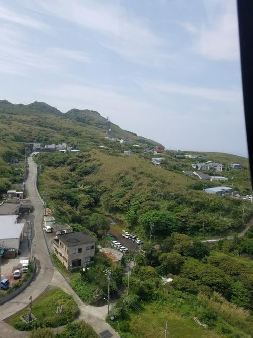上空から本日予約した青ヶ島レンタカー屋さんが見えました。ガソリンスタンドも経営してます。レンタカーは、ヘリポートまで届けてくれました。