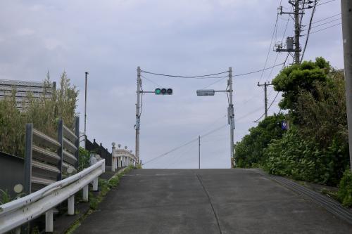 大凸部からレンタカーで島の中心部円山を目指す。島で一箇所しかない小学校前の信号機。