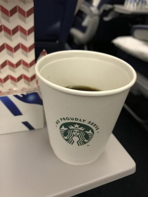 ちなみにデルタのコーヒーはスタバ!!<br /><br />いえーい。<br /><br />テンション上がりますね。<br /><br />デカフェもあるので眠る前にも飲めますよ。<br /><br />ただデカフェを前に一度頼んだら、お湯だけ渡されて、ちょっと待ってて!とどこか消えたと思ったらスタバのデカフェの入ったスティック状の袋渡されて、超絶インスタントでした。