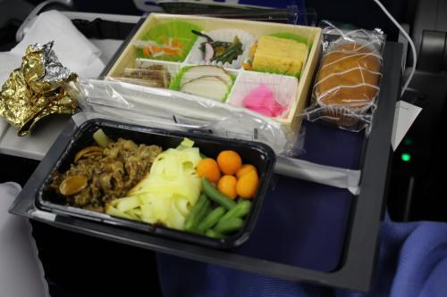 こちらはビーフ。<br />普通に美味しい!<br /><br />私、基本的に機内食って大好きなのでどんなものでも大抵は美味しいのですが。<br />味はどうであれ、機内食という特別感が、美味しい!のです。<br /><br />(ちなみにやはり一番美味しい機内食を出してくれるのはANAだと思います..)<br /><br />もう一つ、フィッシュかポークかカレーか何か忘れましたが、選ぶことができました。<br />なのでベジタリアン用を含めると、3種類から主食を選ぶことができます。