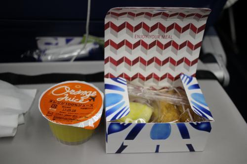あっという間に朝食の時間。<br /><br />行きの飛行機は急いで寝ないといけないので寝つきの悪い私には辛い。<br />けどハワイのためなら簡単に乗り越えられるハードル。<br /><br />朝食はいなり寿司でした。<br /><br />いなり寿司かよ!!!<br /><br />すごく美味しかった(@゜▽゜@)<br /><br />(本当に基本的に機内食を美味しく食べられる体質なので機内食に限っては私の意見は参考にならないのでご注意を)