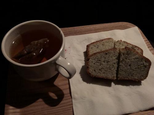 21時からのツアーで<br />ツアー人数は、殆どの人が1人参加それに1組で10人という少人数。<br />西から東へとクルマを走らせながら<br />オーロラを探すのがこのツアーの売りで<br />今回も探し回りました。<br />1時過ぎにお茶の時間が設けられ紅茶と紅茶のケーキで温まりましたが<br />外は雨。<br />しかもまさかの豪雨。<br />もうね、諦めモードで半分寝ていました。<br />やはり雨の中、<br />その中オーロラは見られるはずもなく<br />晴れ間を探しに探し3時に解散しました。<br />そのあとは、すぐにお休みタイム。<br />昨晩から殆どねていなかったので。