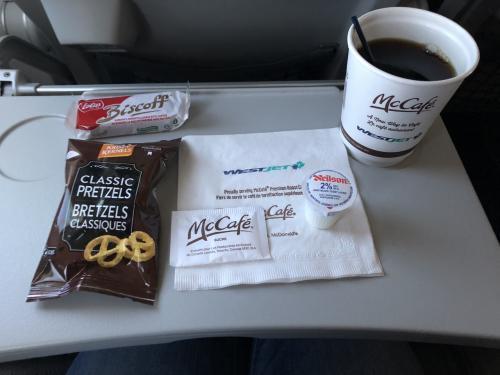 ウエストジェット機内は、<br />モニターも無く何もする事がないので<br />エドモントンまでの4時間は、長く感じます。<br />機内サービスのコーヒーはマック。<br />それとクッキーとプレッツェルが付いてきます。