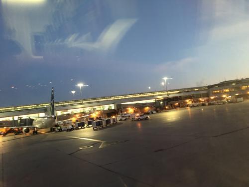 トロント空港は意外にも快適でwifiがあるので暇をもてあそぶことはありませんでしたが<br />コンセントの建てつけは少々悪く、充電を試みてもすぐ外れるのでそれには困りました。<br />7時出発ですが<br />6時20分には搭乗でき、7時前には出発できました。<br />7時前のトロントはまだ夜も明け切れておらず薄暗い中での出発。