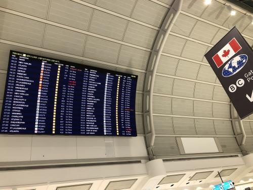 まず初めは、<br />トロント発エドモントン行き<br />ウエストジェット427 7時発に乗る為、<br />トロントの空港で一晩明かすという行為をしました。<br />初の空港での寝泊まり。<br />しかしながらそういう人が結構いたので同士みたいな感覚で過ごせましたが<br />一睡もできずに4時30分にはチェックインしました。