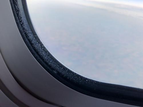 エドモントンを飛び立ち<br />北へ向かうと<br />窓枠に雪の結晶みたいなものが。