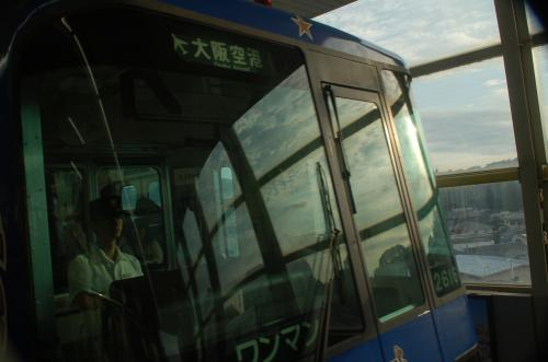 蛍池で大阪モノレールに乗り換え。スーツケースを転がしながらの移動は大変である。