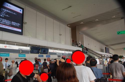 大阪国際空港(伊丹)空港に到着。もっと混雑しているかと覚悟していたが、思っていたほど混雑はしていなかった。