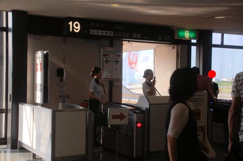 いよいよ搭乗開始。<br />朝8:00の飛行機に乗るのは楽じゃない。
