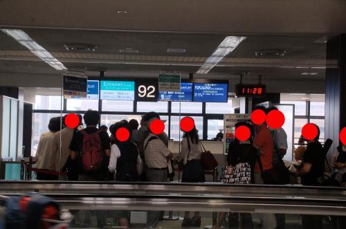 機内への案内時間が少し遅れた。何らかのトラブルが発生しているらしい。