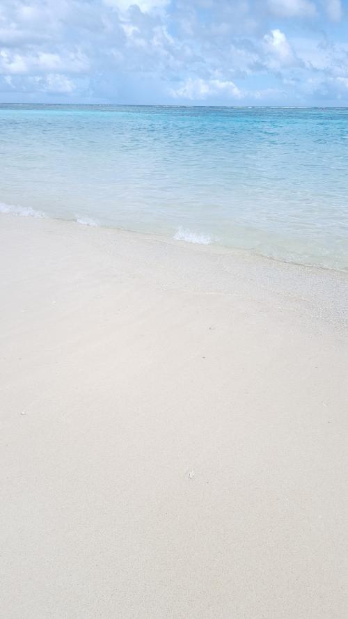 その間子供たちの様子を見つつスマホできれいな海を撮りまくり♪<br />イパオビーチの砂は少し粗め。最終日立ち寄ったタモンビーチはサラサラの白い砂でものすごくきれいでした