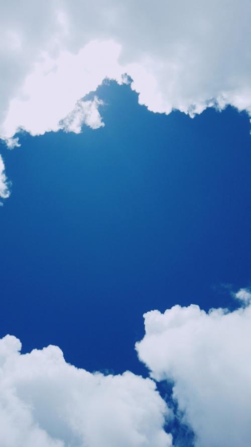 次男が撮った写真もらいました<br />真っ青な空に白い雲♪