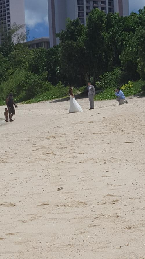 結婚式の撮影してました<br />私も3人の息子たちに結婚式はグアムでしてね!と小さい頃から言い続けています(笑)<br /><br />次男が日焼けすると言うので交代!<br />途中深いけど奥の珊瑚礁のあたりに行くと足が付くからと教えてもらいました<br />三男と二人でシュノーケルタイム♪<br />たくさんの魚が見えました<br />前回来たとき私の足を2回も噛んだにっくき魚もいました<br /><br />あー楽しい時間(^^)
