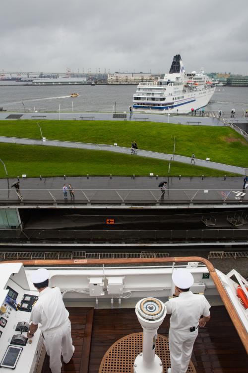 横浜港大桟橋を出向する飛鳥Ⅱ。先にぱしふっくびーなすが出港しました。