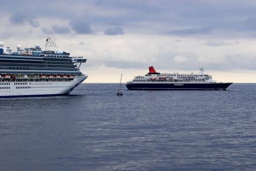 最後に日本丸が到着しました。4席の豪華客船が熊野大花火を海上から見学です。