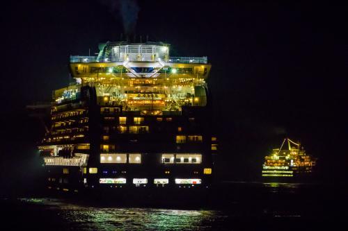 花火大会が終了して出港する各豪華客船。
