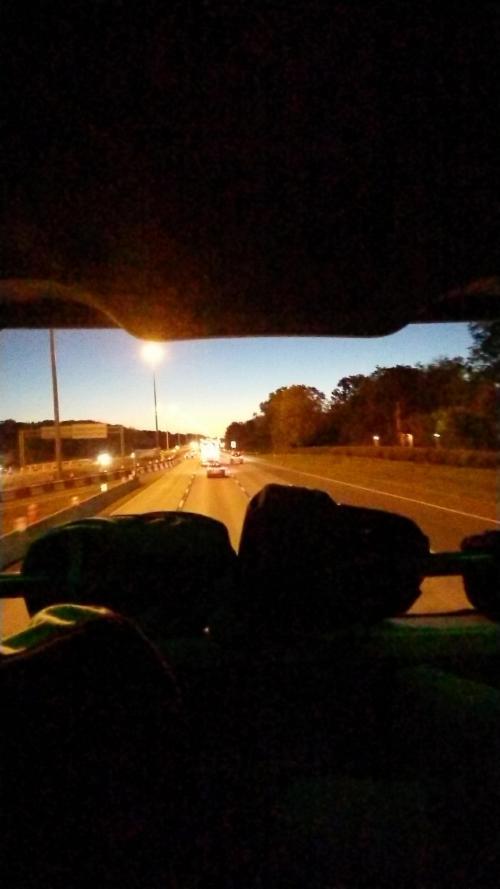 モントリオールへ向かってる途中の朝焼けです!<br />メガバスは人気の席を予約できるのですが、夜行だし快適に行きたいとこ思ってたので一応してみました!<br />ん〜〜〜、快適!!!!<br />バスが大きいからか日本より揺れなかった気がする!<br />なにより安い!<br />メガバス素敵!