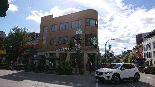 気を取り直して、(さっそく上機嫌)街歩き再開です。<br />ん〜、モントリオールの空気はキレイ〜\(^^)/<br />スタバもおしゃれ♪♪♪
