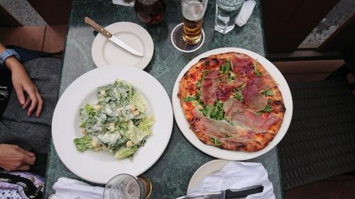 食べたのはピザ♪<br />この辺から気がつき始める。<br />カナダのご飯は一皿が多い!(笑)<br />なので、シェアの開始です。<br />みんなの胃袋はどうなっているの?