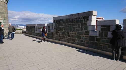 城壁に登ってみましたが、街並みがゆっくり見れました!<br />そして、銃が!<br />この城壁から中の街を守ってるのですね!<br />世界遺産に納得!