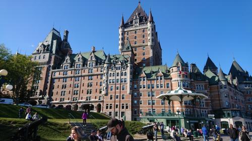 晴れてきたのでもう一度フェアモント・ル・シャトー・フロントナックへ。<br />今度はいい写真\(^^)/<br />ちなみに、ここは今はホテルになっているのですが、以前はフランスの総督の邸宅らしいです。<br />なんて、どでかいの。(笑)