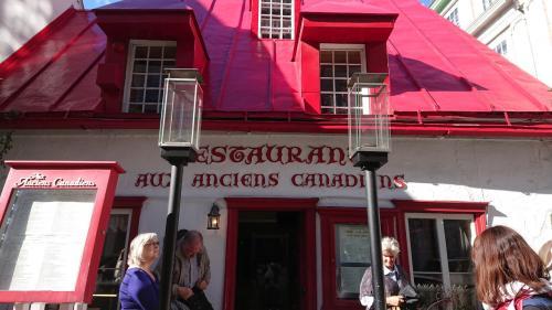 さて、お昼はケベックシティの伝統料理が食べられるというお店へ。<br />予約をしてなかったので、入ったら3時だったら入れるよーとのことで一度退散。<br />この日はクイーンエリザベス号の姉妹船が来てたので、大混雑な世界遺産の街でした。