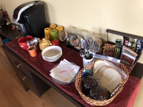 朝食はこんな感じで置いてあります。<br />この日は食パンとチョコレートマフィン。