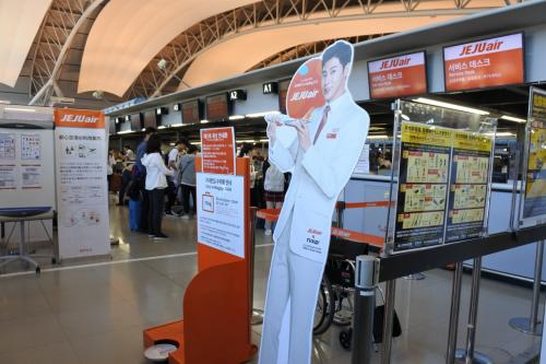 チェジュ航空の金浦便でソウルまで。<br /><br />イメージキャラクターが東方神起さんってことで<br />関空のAカウンター前にユノ氏。