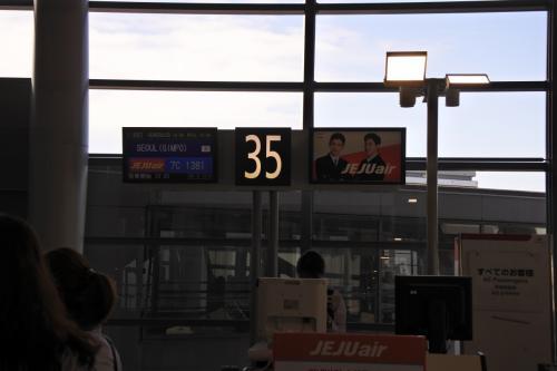35番ゲートより搭乗<br /><br />ちなみにチェジュ航空はチェックインカウンターAと北側端なのに<br />搭乗ゲートは南側でびっくりしました。遠かったです。