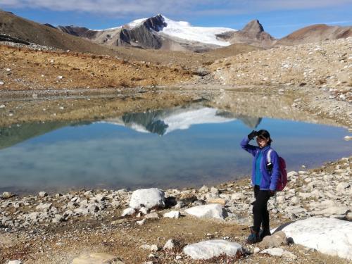 ガイドブックのハイキング終了地点には小さなモレーン湖があります。<br />左半分は凍っていました。<br />遠くの氷河を鏡のように映して美しいです。