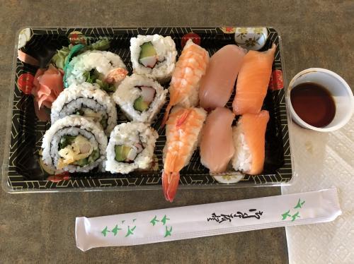 この日の夕飯は、<br />「スシノース」というダウンタウンにある日本人のお寿司屋さんで。<br />この日にそこで働いている人と知り合い、<br />元々行こうと思っていたので<br />行く約束をして行きました。<br />注文したのは、<br />「オーロラセット」というマグロ、サーモン、蒸しエビに巻物が加わったセット。<br />イエローナイフのガイドブックに載っているクーポン券を利用して<br />税込$13,60でした。<br />私の勘違いでこのセットに北極イワナも付いてくると思って注文したのですが<br />北極イワナのお寿司を食べ損ねてしまいました。