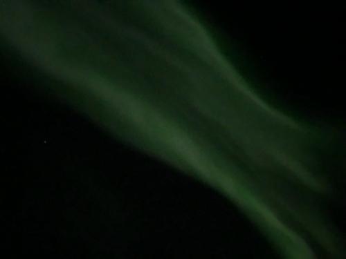 車を少し走らせた空港近くで<br />1発目のオーロラに遭遇。<br /><br />この日は、雲が多く、<br />星も微かに見える程度だったにも関わらず<br />ちゃんとオーロラを見ることができました。