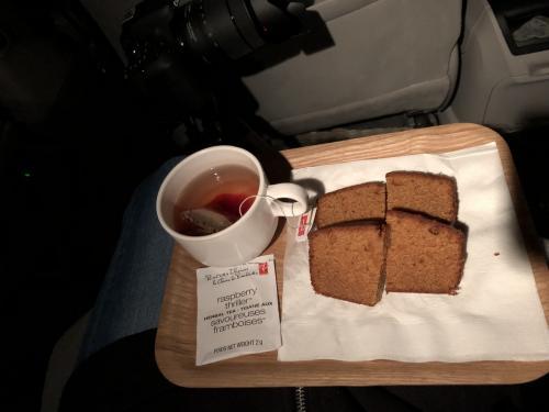 この日は2回目のオーロラの前に<br />お茶の時間で温まりました。<br />最終日のケーキはキャラメルケーキに<br />ラズベリーティーを選択。<br />飲み物は、コーヒー、紅茶、ホットチョコレートの中から好きなものが選べます。<br /><br /><br />この日は2回見られましたが<br />3日間の中で1番早い1時45分に解散しました。<br /><br />そして、B&Bに戻り、<br />この日が1番早く寝付けた気がします。