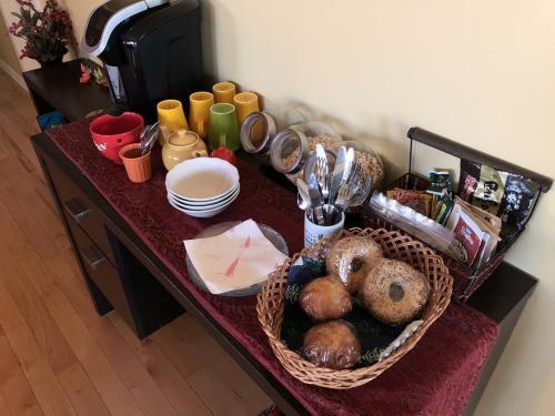 この日の朝ごはんには、<br />エブリシングベーグルとクランベリーマフィンが用意されていました。