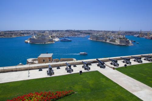 バレッタ港の町並み大型船が出港する時公園にある大砲が空砲を鳴らします。