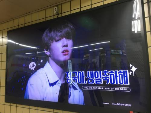 街中には、お誕生日をお祝いする電光掲示板などがいっぱい!<br />韓国のファンの愛はさすが熱いですね!!!!