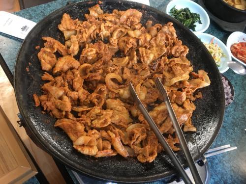 チェジュの黒豚の炒め物!これが、ほんとうに美味しかった!!!!最初は、そんなにお腹が空いてないから2人前注文したんだけど、間違えて3人分作っちゃったといっていたので、食べます食べます!と引き取ったら、、、、本当にぺろりと食べちゃいました。